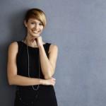 donna sorridente e fashion