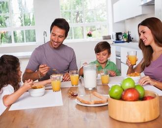famiglia che fa sana colazione
