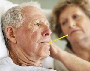 anziano con termometro in bocca