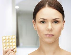 giovane donna che mostra pillole anticoncezionali