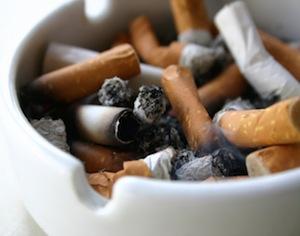 portacenere pieno di sigarette spente