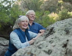 persone anziane sorridenti in montagna
