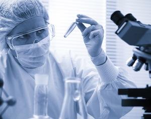 ricercatrice con provetta