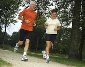 coppia che corre in un parco