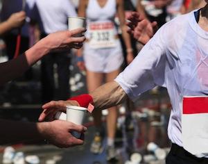 atleta maratona al punto ristoro