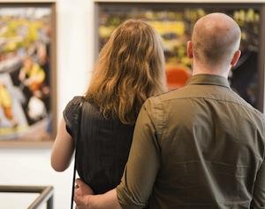 coppia che guarda quadro in museo