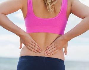 donna in body che si tiene la schiena