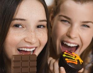 ragazze che mangiano cioccolato
