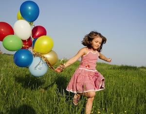 bambina che corre con palloncini