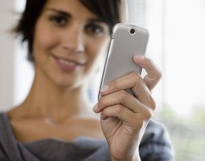 donna che usa cellulare