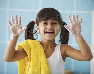 bambina che fa vedere mani insaponate