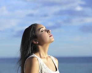 ragazza al mare che respira profondamente