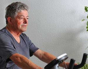 uomo anziano alla cyclette