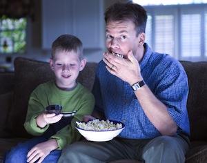 papà e figlio davanti a televisione