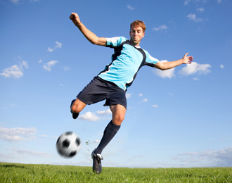uomo che gioca a calcio