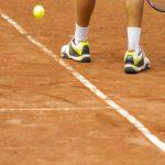 Lo sai che aumenta il rischio di traumi se il campo da tennis è consumato?
