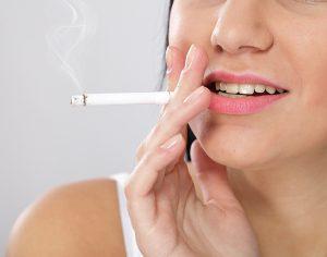 Cosa accade ai denti se fumo una sigaretta?