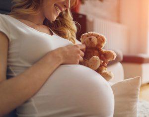 Perché in gravidanza aumentano i problemi a denti e gengive?