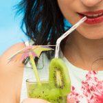 Lo sai che eviti le macchie ai denti se bevi con la cannuccia?