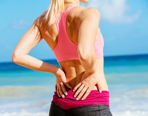 Mal di schiena? 9 consigli per combatterlo in spiaggia o in piscina