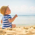 Neonati e mare: 5 consigli per proteggerli sotto il sole