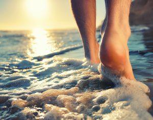 Perché camminare con i piedi nell'acqua del mare fa bene?