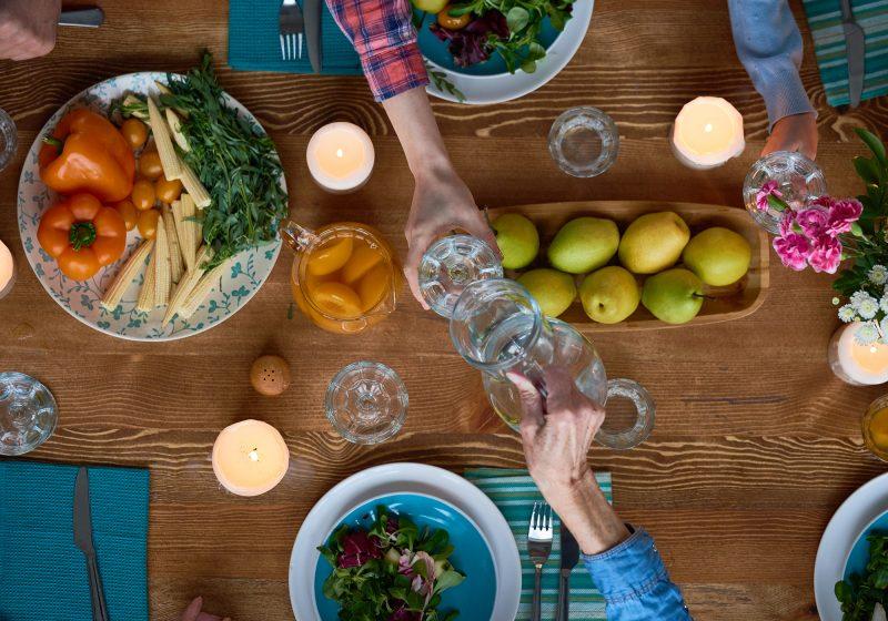 Perché bere acqua durante il pasto?
