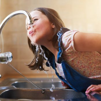 """""""L'acqua del rubinetto è meno pura e sana di quella in bottiglia"""", vero o falso?"""