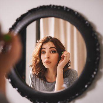 Congiuntivite allergica, lo sai che anche i cosmetici possono causarla?
