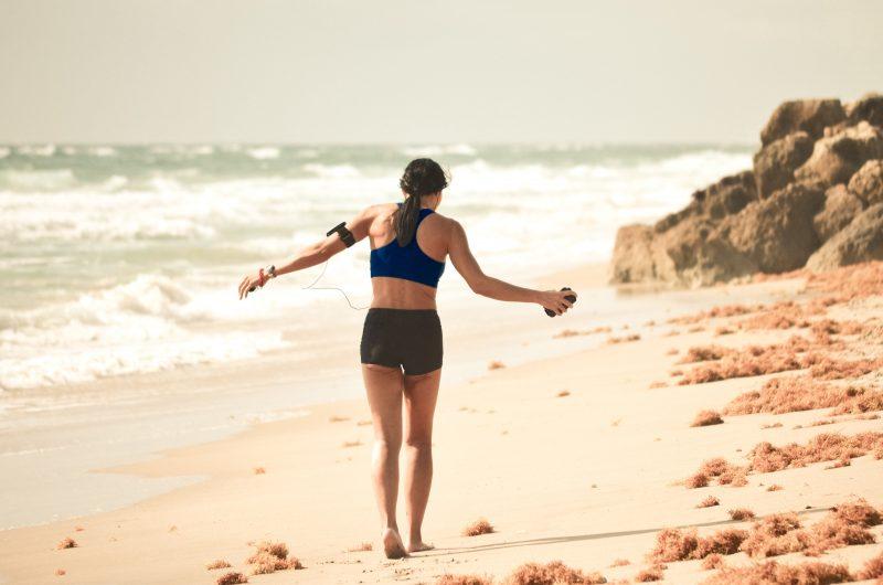 Ginocchia, ecco chi dovrebbe evitare gli sport da spiaggia